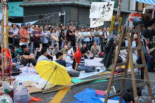 Срок ультиматума истёк в понедельник утром. Демонстранты пошли на условия властей и свободили улицы.