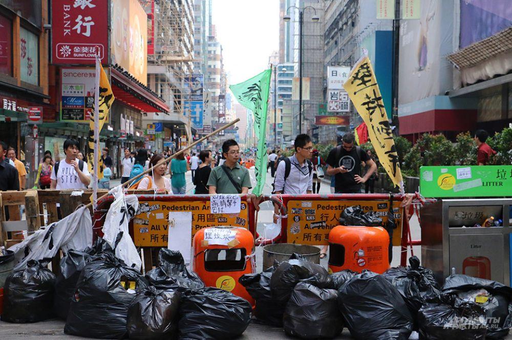 «Я уважаю право демонстрантов на самовыражение, но им следует уважать наше право вернуться к привычной деятельности», - говорят жители Гонконга, не участвующие в акциях.