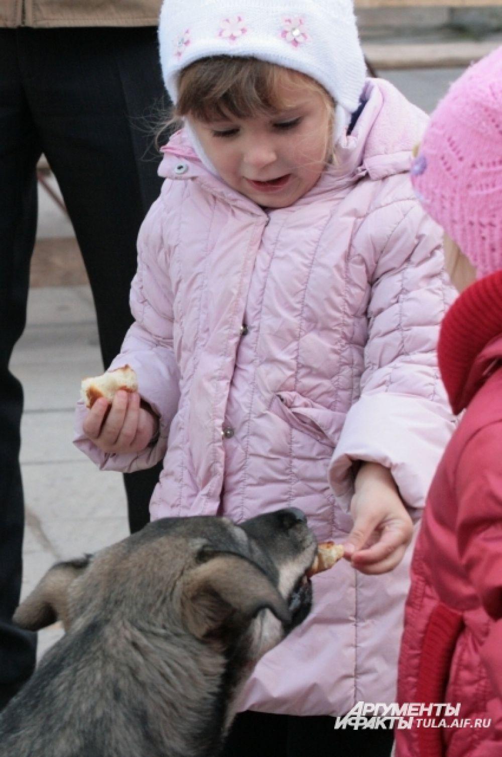 Он был очень ласков, дети кормили его из рук.