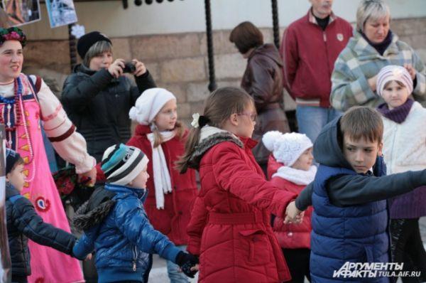 Малыши водили хоровод вместе с лисой, которую простили за зайкину обиду, и другими героями.