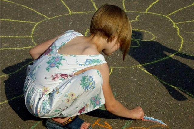Вместе со взрослыми ребята рисовали, делали поделки из цветной бумаги.