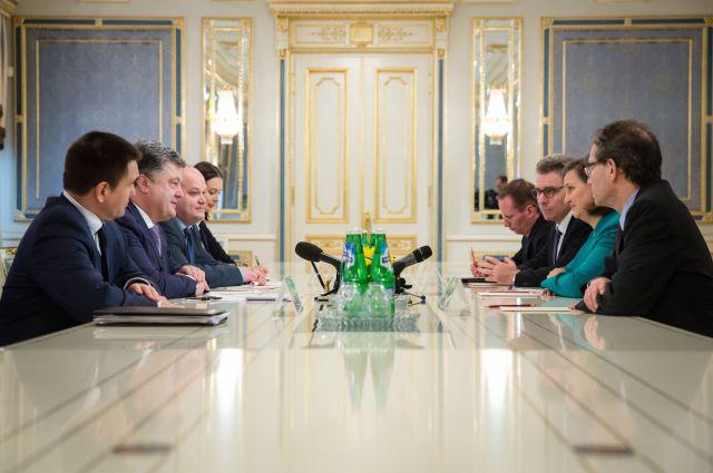 Петр Порошенко и Виктория Нуланд на встрече