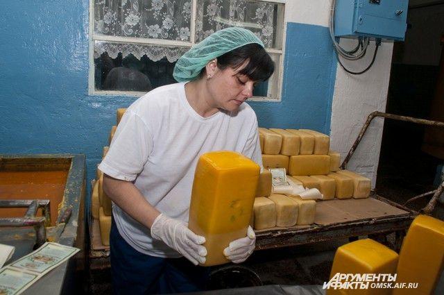 Сыр на Тюкалинском заводе производят по всем правилам.