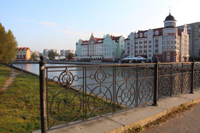 Безопасные перила есть только на мосту.