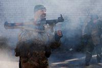 Ополченец ДНР во время боя в районе аэропорта: зададим противнику жару?