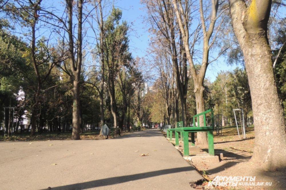 Стало холодно, и скамейки в парках опустели.