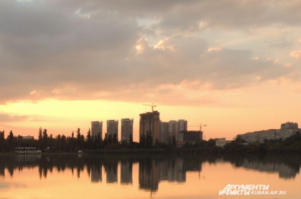 В Краснодаре солнце заходит уже в полвосьмого вечера.