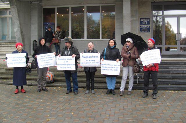 На пикет явилось несколько из более чем полутора тысяч жителей общежитий СО РАН.