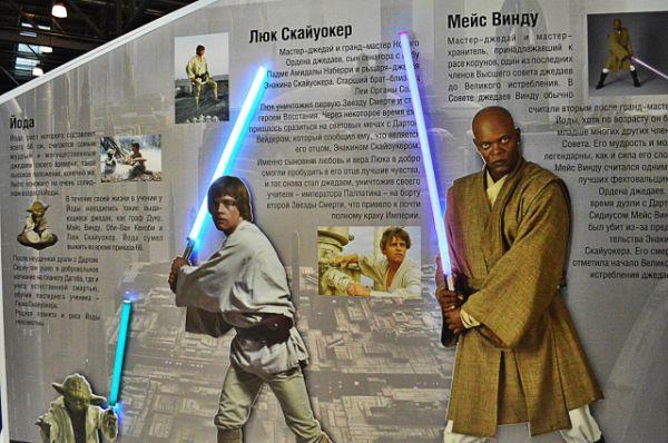 Стенд Star wars с информацией о Люке Скайокере и Мейсе Винду.