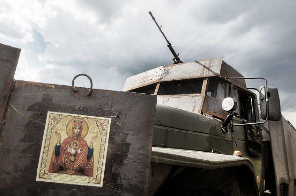 А этот автомобиль – настоящее чудо техники, разработанное ополченцами. Самодельный бронеавтомобиль применялся во время боя за пограничный населенный пункт Кожевня под Снежным.