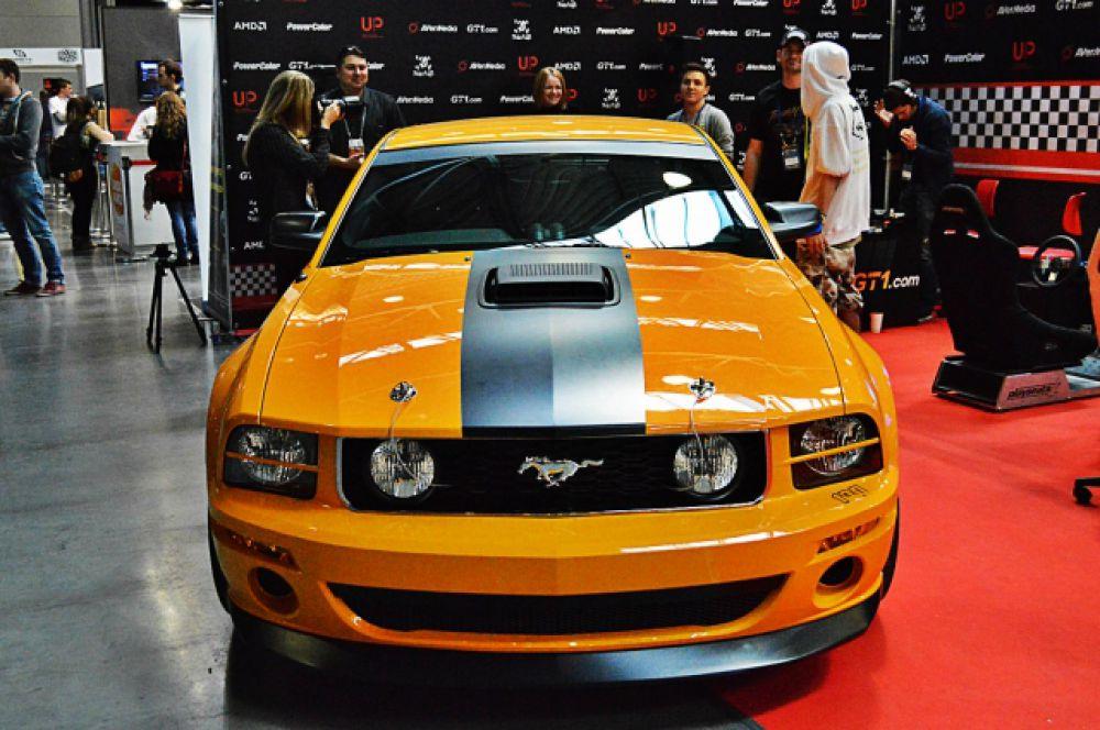 Ford Mustang - еще один яркий экспонат на выставке.