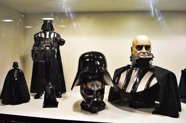 Детальные модель шлема, бюст и фигурки Дарта Вейдера.