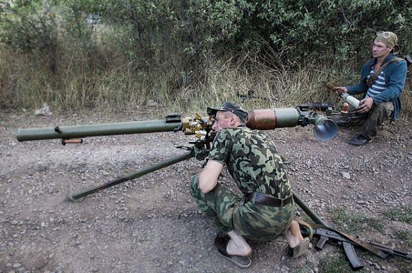 Боец ополчения в тапочках рядом с гранатометом CПГ-9 «Копье» выглядит довольно комично. Гранатомет принят на вооружение армии в 1963 году. Его появление обусловило стремление повысить дальность эффективного огня противотанковых средств мотострелковых подразделений. Этот надежный и простой в обслуживании гранатомет находится на вооружении Российской армии по сей день. Его длина – 2100 мм, длина ствола – 850 мм, начальная скорость полета гранаты 435 м/с, пробивная сила: броня 300мм - ПГ9В, 400мм - ПГ9ВС.