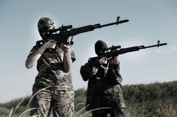 Женщины в рядах бойцов ополчения не только в разведку ходят, но и со снайперской винтовкой Драгунова (СВД) управляются. Винтовка была разработана в 1958—1963 годах группой конструкторов под руководством Евгения Драгунова. Для стрельбы из СВД применяются винтовочные патроны 7,62×54 мм R с обыкновенными, трассирующими и бронебойно-зажигательными пулями, а также снайперские патроны (7Н1, 7Н14), может также стрелять патронами с экспансивными пулями JHP и JSP.
