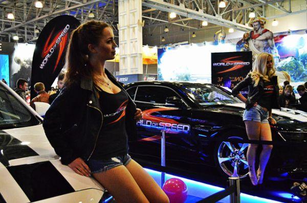Модели на стенде игры World of Speed.
