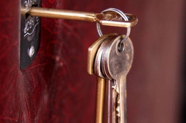 Городские власти начали передавать переселенцам ключи от новых квартир.