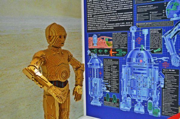 Скульптура одного из верных помощников Люка Скайуокера - робота C3PO.
