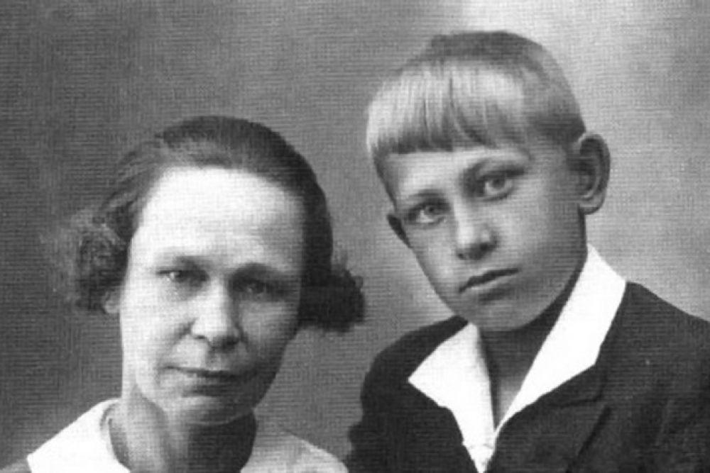 Женя Евстигнеев с мамой Марией Ивановной.