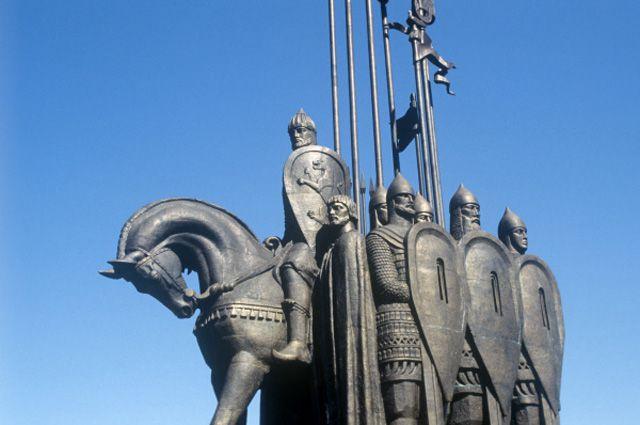 Памятник Александру Невскому, родоначальнику московской ветви Рюриковичей, нагоре Соколиха (Псковская область).
