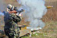 Сотрудница военной прокуратуры стреляет из гранатомета РПГ-7 во время военно-тактических учений