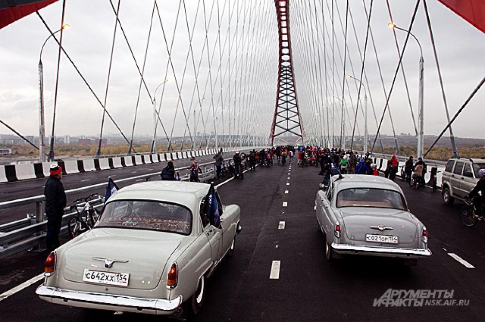 Первыми автомобилями на Бугринском мосту (после президентского) стали коллекционные ретро-машины в количестве около семи штук.