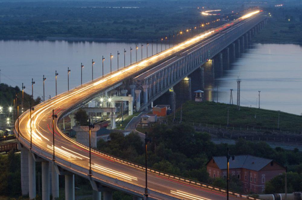 Хабаровский мост видел каждый, кто держал в руках 5-тысячную купюру. Он соединяет берега Амура. Его возведение в 1916 году ознаменовало завершение строительства самой длинной железнодорожной ветки в мире – Транссибирской магистрали. В 2009 году мост реконструировали. Его уникальность состоит в том, что он имеет 2 яруса – по верхнему движутся автомобили, а по нижнему – поезда. Протяжённость моста с эстакадами составляет 3890 метров.