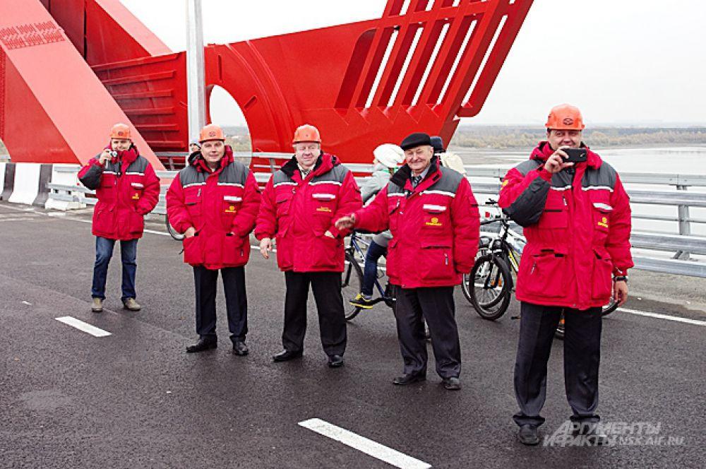 Представители строителей, руководящие лица компании «Сибмост» встречали вело-ретро пробег с улыбками и энтузиазмом.