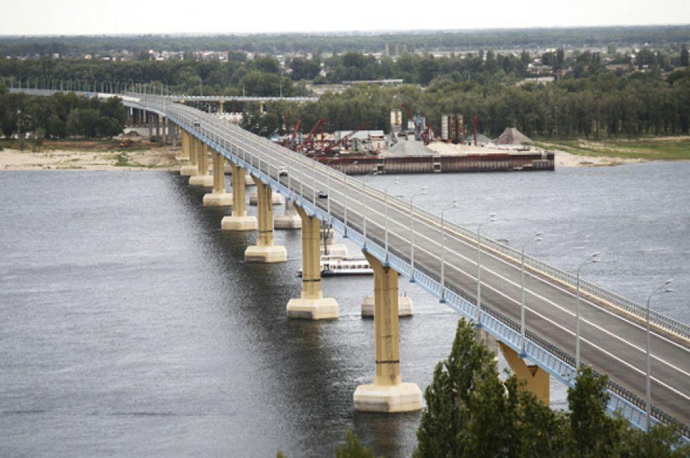 Волгоградский «танцующий» мост через Волгу, прославил город на весь мир. В 2010-м сильный ветер раскачал мост так, что амплитуда вертикальных колебаний составила почти 1 метр. Но ни опоры моста, ни дорожное покрытие тогда не пострадали. Чтобы подобное не повторилось, на мост установили специальные амортизаторы - демпферы.