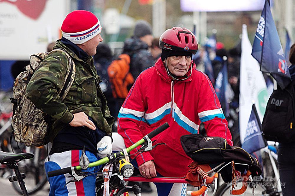 В велопробеге приняли участие и новосибирцы весьма почтенного возраста. Шутка ли - ждать моста 20 лет и не проехать по нему первым?
