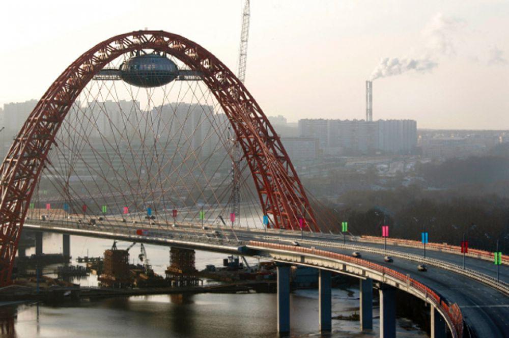 Живописный мост в Серебряном бору был открыт в 2007 году. Он представляет собой арочную конструкцию с веерным расположением вант. По обе стороны моста установили шумозащитные экраны. В верхней точке арки, по проекту, предполагалось размещение смотровой площадки, ресторана, телестудии и, наконец, ЗАГСа. Правда, в эксплуатацию этот уникальный объект пока не ввели. Сам модуль (длина — 33 м, ширина — 24 м, высота — 13 м) на мосту закреплён, а лифтов пока нет. Протяженность Живописного моста — 1460 метров, ширина — 37 метров.