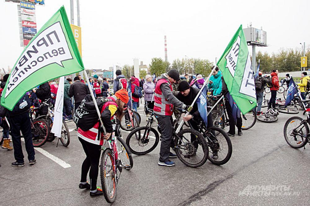 Сбор колонны велосипедистов на площадке у ТЦ «Мега», неподалёку от которой разместилась одна из двух праздничных площадок, соединённых чуть позже телемостом.