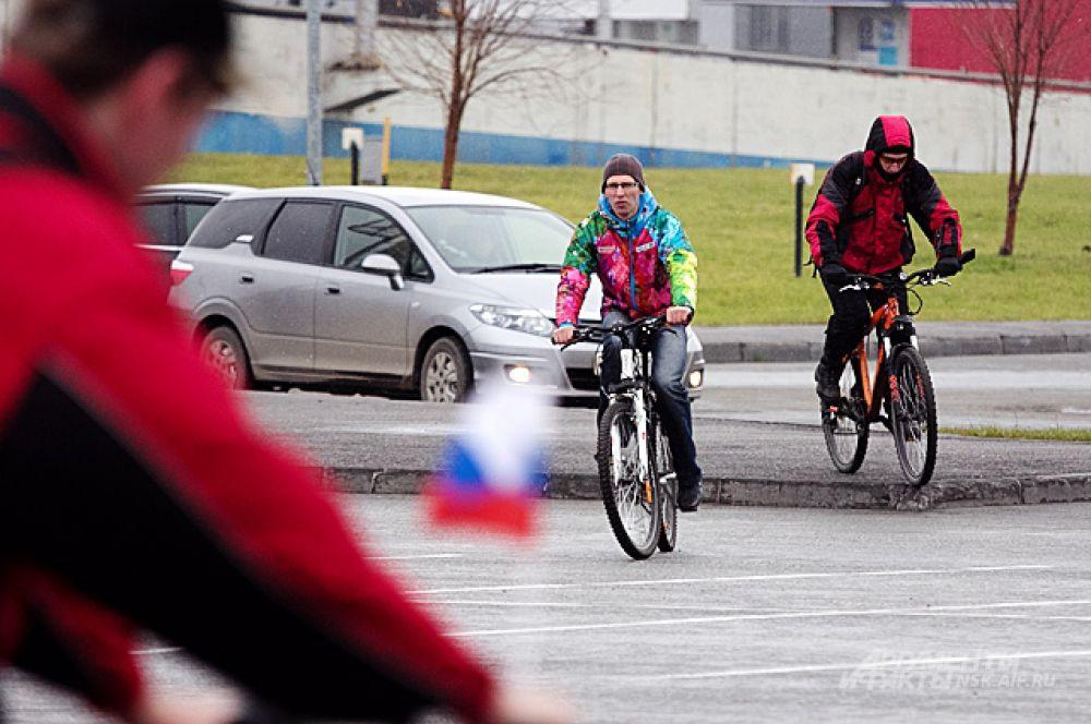 Велосипедисты начали собираться за полтора часа до старта. Неудивительно, что старт задержали примерно на сорок минут: пока участники пробега готовились опробовать мост, на нём проходила торжественная церемония открытия, главным лицом на которой стал Владимир Путин.