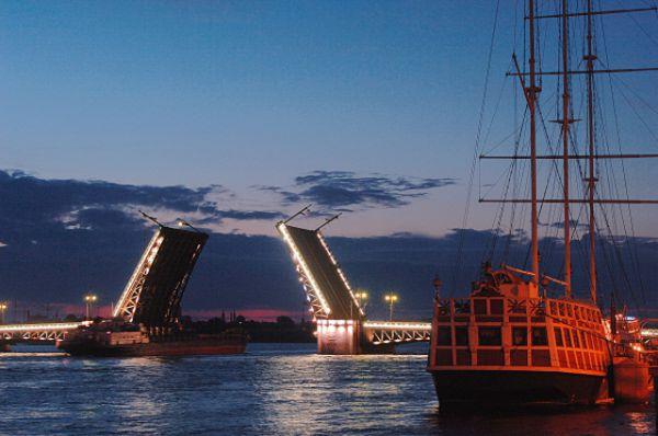 Строительство Дворцового моста в Санкт-Петербурге началось в 1912 году, а уже в 1916-м для проверки прочности на него въехали 34 авто с грузом более 600 пудов. В то время мост не был красиво украшен, на нем установили лишь деревянные перила. Так, некоторые деревянные конструкции простояли на мосту до 1978 года. В 1917 году мост переименовали в Республиканский, а историческое название к нему вернулось лишь в 1944. Длина егопяти пролётов достигает 250 метров, а ширина – 27,7.