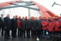 Президент Владимир Путин, представители исполнительной власти Новосибирска и области и герои-строители Бугринского моста.
