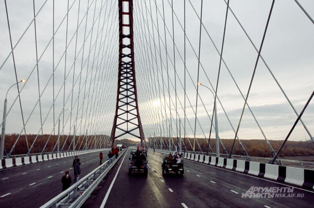В рамках «Юго-Западного обхода», частью которого стал мост, запланированы, в общей сложности, 15 транспортных развязок. Из них несколько (на улицах Ватутина, Большевистская, а также на улицах Выборной и Кирова, и, частично развязка по улице Зорге) построены в составе перехода Бугринского моста.