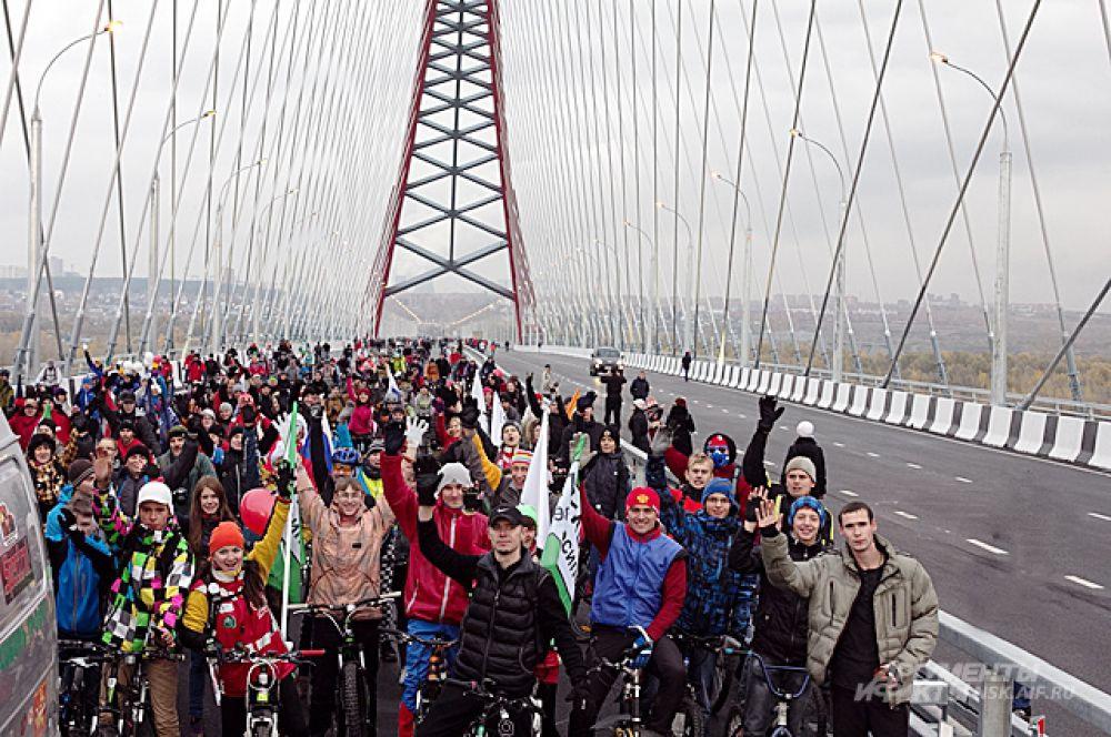 Чудо из чудес - первые новосибирцы массово устремились на мост, который уже на следующий день станет важнейшей частью транспортной системы не только города, но и всей Сибири.