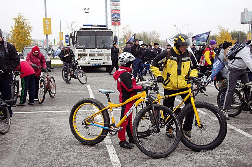 Первыми проехать по долгожданному мосту - огромная честь и для взрослых и для детей. Для полиции честь - охранять велосипедистов.