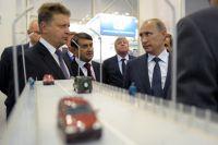 Президент России Владимир Путин и министр транспорта РФ Максим Соколов во время осмотра выставки достижений и современных технологических решений в области дорожного хозяйства в ходе рабочей поездки в Новосибирск.