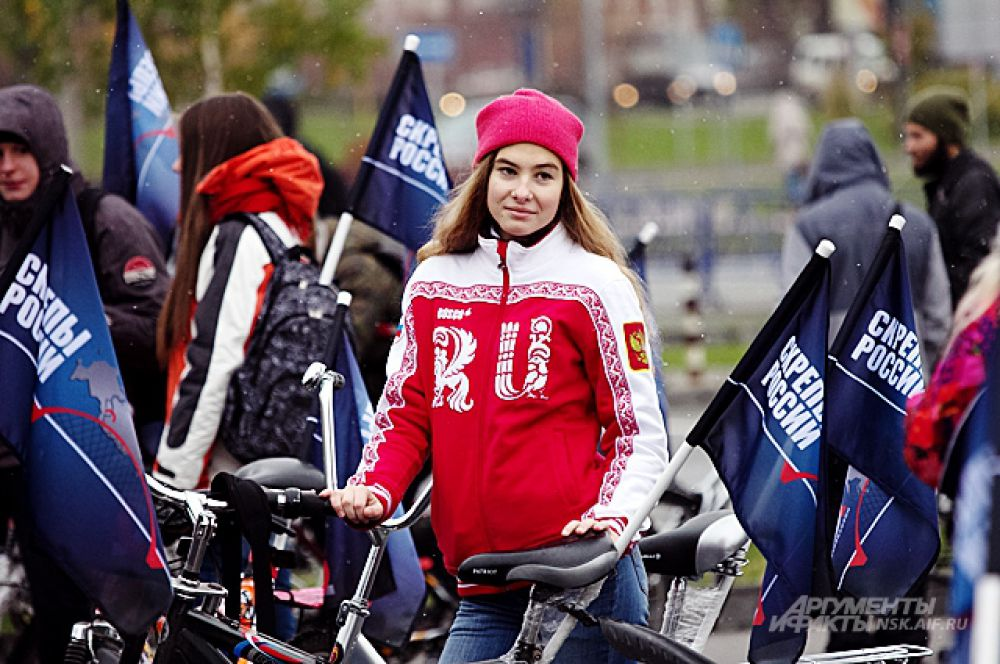 Флаги с надписью «Скрепы России» каким-то образом относятся к подарку, который вручили Владимиру Путину в честь открытия моста: металлический сувенир в виде Бугринского моста.