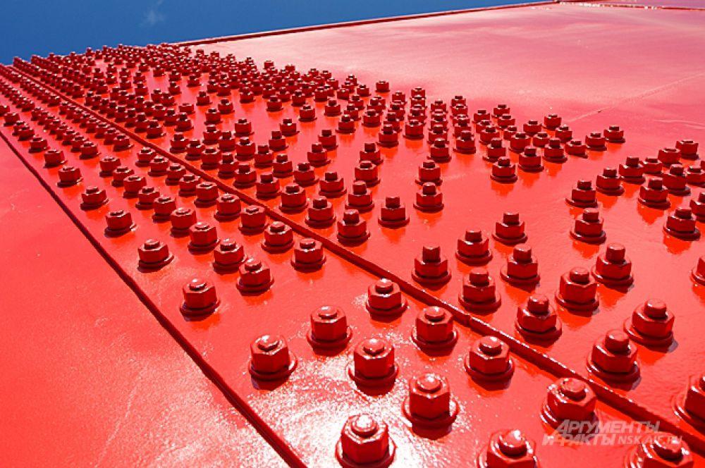 Даже простые болты - украшенные карминовым сиянием и размещённые в особом порядке, выглядят украшением.