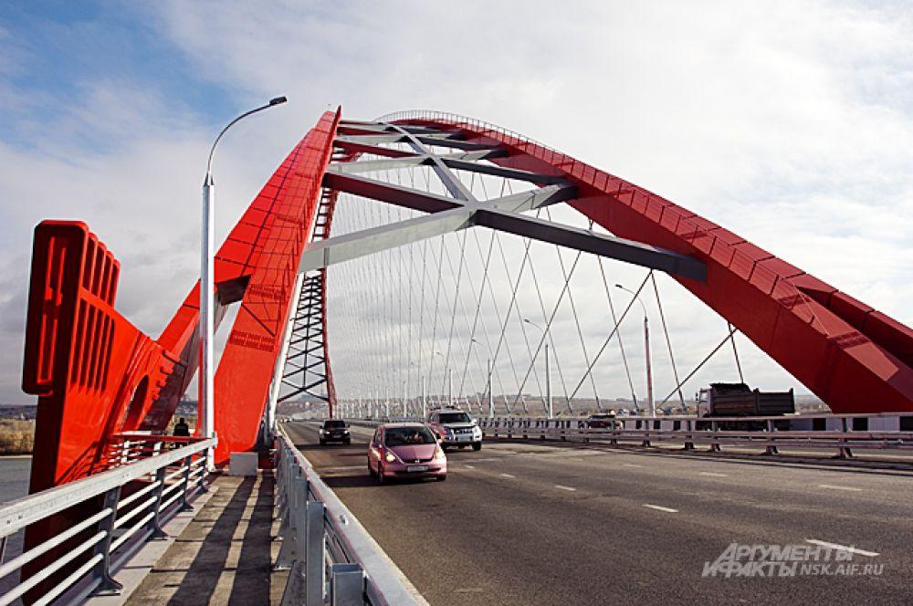 Первый день работы моста: новосибирские автолюбители ещё не привыкли к тому, что это произошло - и машин на Бугринском совсем немного.