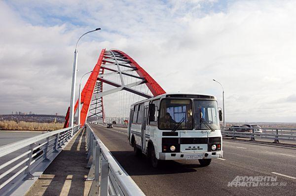 Рейсовые автобусы городских маршрутов уже с аппетитом осваивают Бугринский мост.