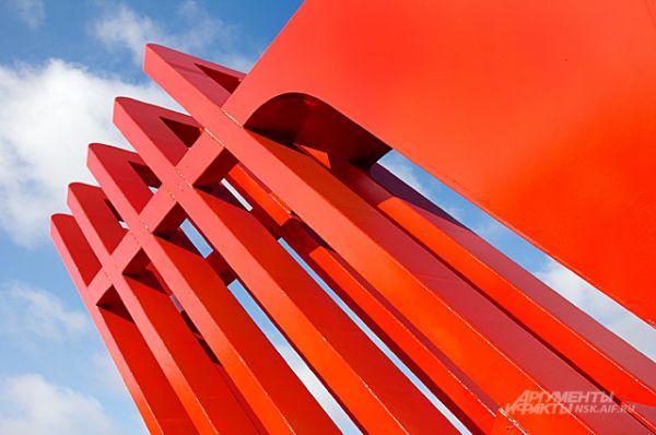 Один из декоративных элементов - крылья, которыми заканчиваются плечи стилизованного лука.
