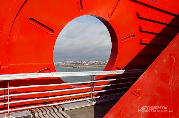 Яркий, карминовый цвет - не единственная прелесть моста. На Бугринском есть разные декоративные элементы.