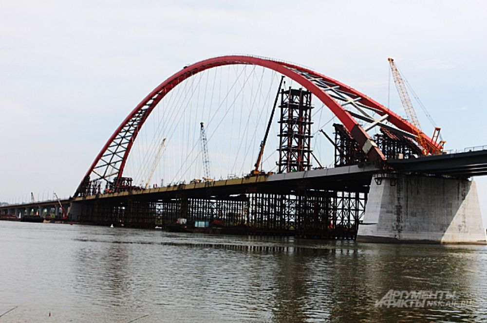 Июль 2014-го. Горожане всё чаще поглядывают на юг, где над рекой уже хорошо видна арка Бугринского моста. Строители натягивают ванты, общая длина которых превышает 9 километров.