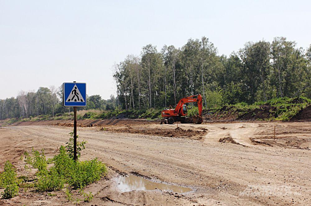 Там, где сегодня расположилась современная дорожная развязка, ещё два года назад был лишь пустырь и грунтовая дорога, почему-то снабжённая дорожным знаком.