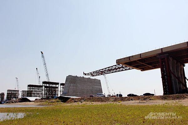 Хотя работы начались ещё в 2010 году, некоторое время снимать на стройплощадке было почти нечего.