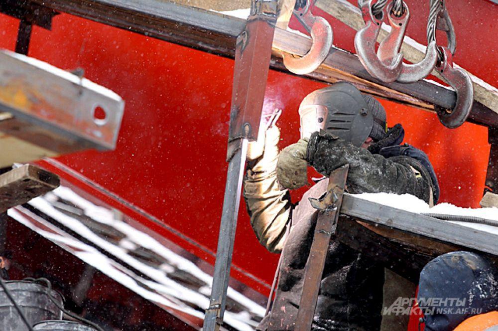 Февраль 2014-го. Суровая мужская работа в любую погоду на мосту кипит постоянно.