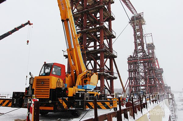 Февраль 2014-го. Строители готовятся надвигать свод арки. Эти работы закончатся 11 апреля.