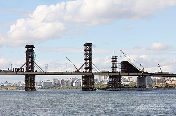 Сентябрь 2013-го года. Скоро на мосту можно будет разместить красную арку.